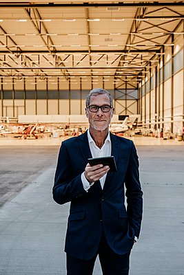 Mature businessman using tablet computer - p586m1208644 by Kniel Synnatzschke