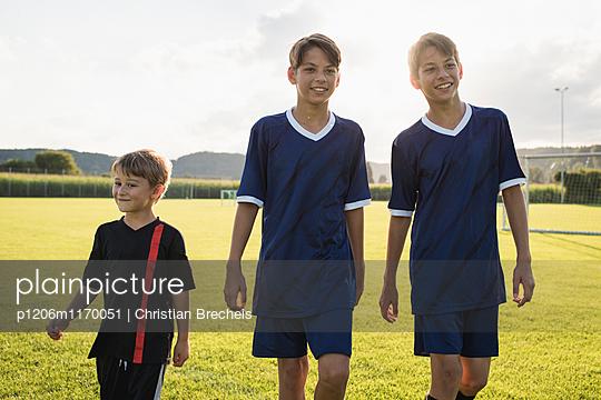 Drei Jungen auf dem Fußballplatz - p1206m1170051 von Christian Brecheis
