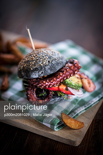 Black burger with fried octopus and vegetables - p300m2081029 by Malte Jäger