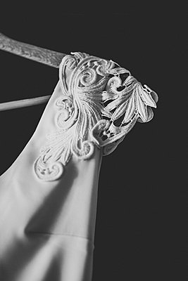 Wedding dress shoulder - p1113m1215084 by Colas Declercq