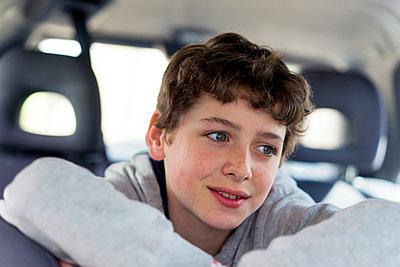 Junge im Auto - p1212m1441092 von harry + lidy