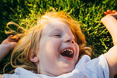 Glückliches kleines Mädchen - p1238m1042073 von Amanda Voelker