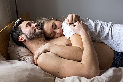 Junger Mann hält glücklich seine Freundin im Arm  - p1301m1424737 von Delia Baum