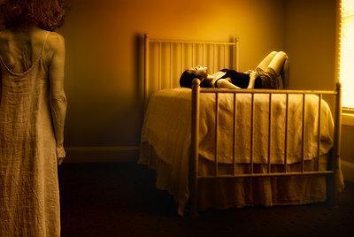 Mädchen auf einem alten Bett - p1693m2294964 von Fran Forman