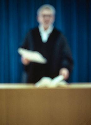 Vor Gericht - p2680700 von Christof Mattes