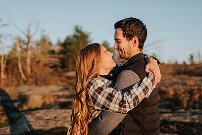 Young couple embracing during autumn hike - p300m2241207 by Sara Monika