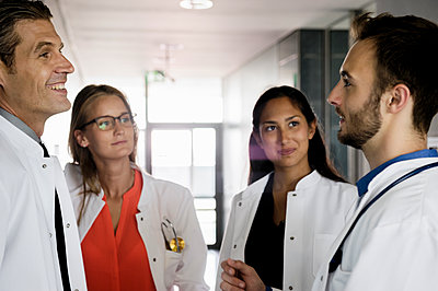 Smiling female and male doctors discussing in hospital - p300m2281509 by Buero Monaco