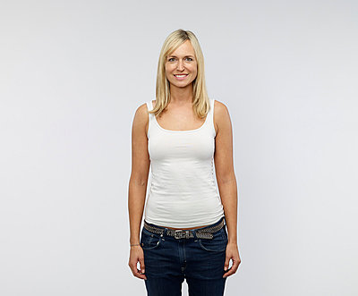 Portrait of smiling young woman in front of white background - p300m973531 by Rainer Holz