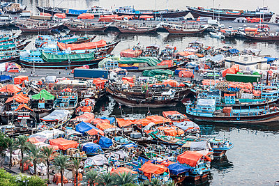 High angle view of boats moored on Dubai creek - p301m1101867f by Johannes Marburg