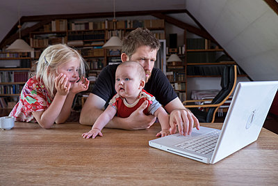Family using laptop - p522m944543 by Pauline Ruhl Saur