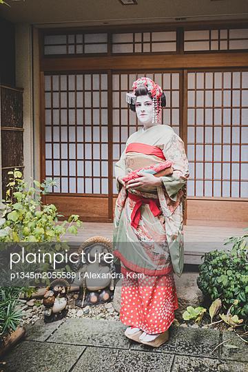 Frau im Geisha-Style trägt einen Kimono - p1345m2055589 von Alexandra Kern