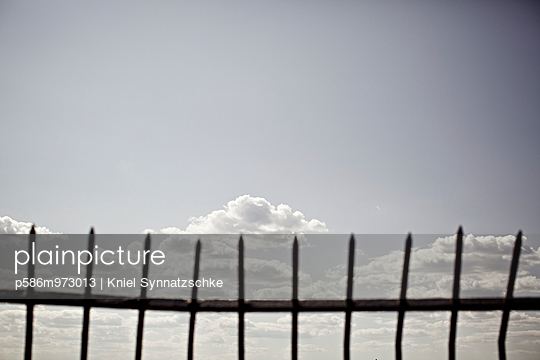 Ein Zaun vor blauem Himmel - p586m973013 von Kniel Synnatzschke