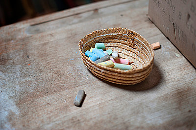 Small basket of chalk - p1007m854305 by Tilby Vattard