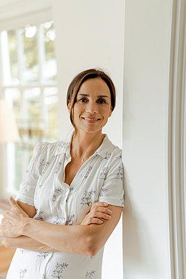 Portrait of smiling mature woman at home - p300m2029783 von Kniel Synnatzschke