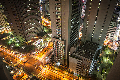 View of streets and traffic at night, Tokyo, Japan - p429m926137 by Dan Brownsword
