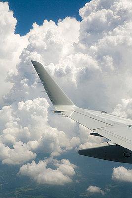 Fliegen in den Wolken - p7810001 von Angela Franke