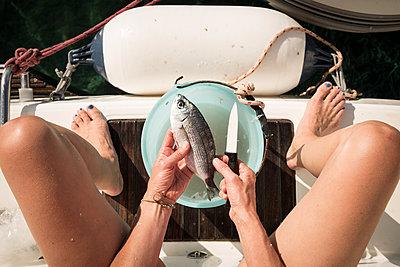 Fisch töten - p948m1113069 von Sibylle Pietrek