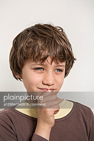 Junge denkt nach - p1230m1042615 von tommenz