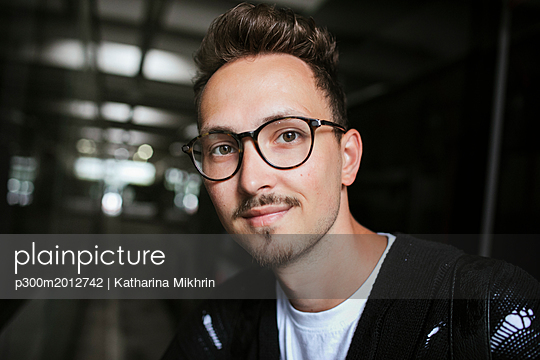 Portrait of young man wearing glasses - p300m2012742 von Katharina Mikhrin
