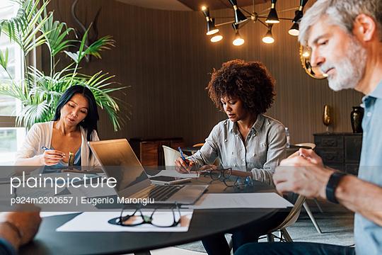 Italy, Business people having meeting in creative studio - p924m2300657 by Eugenio Marongiu