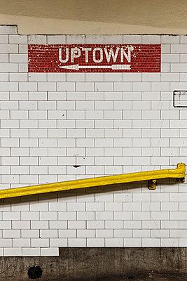 U-Bahnstation NCY, Hinweisschild Uptown - p1280m1091607 von Dave Wall