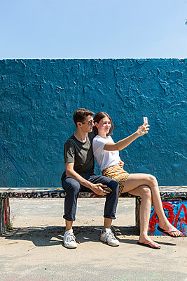 Young couple taking selfie - p294m2132922 by Paolo