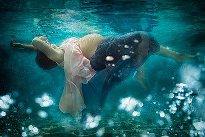 Pregnant woman wearing dress under water - p300m2084052 by Stefanie Baum