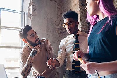 Creative team having business meeting in loft office - p300m2202842 by Eugenio Marongiu