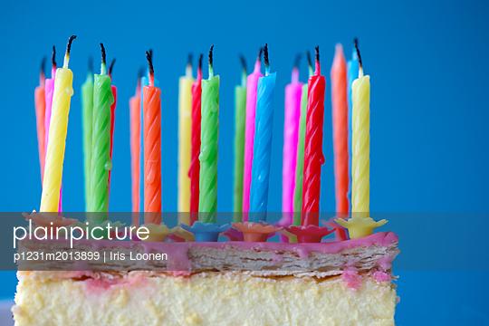 Geburtstagskuchen mit Kerzen - p1231m2013899 von Iris Loonen