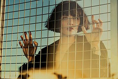 Attraktive Frau hinter einem Gitter - p1474m2173498 von Yuriy Orgakov