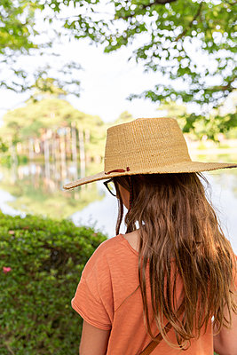 Rear view of girl with straw hat in Japan - p756m2122755 by Bénédicte Lassalle