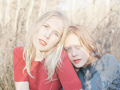 Two young women with red lips - p956m1515678 by Anna Quinn