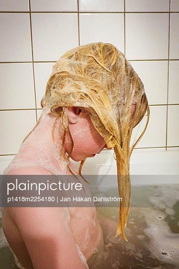 Child washing hair - p1418m2254180 by Jan Håkan Dahlström