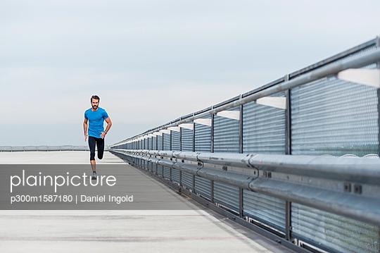 Man running on a parking level - p300m1587180 von Daniel Ingold