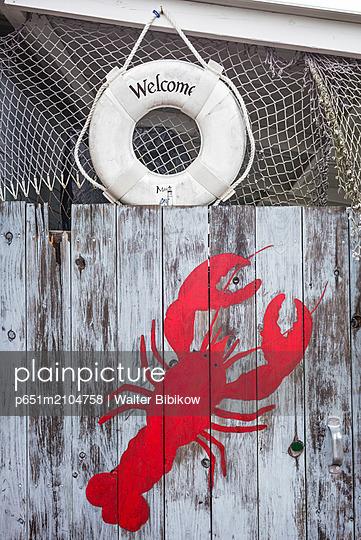 USA, Maine, Wiscasset, lobster motif on seafood restaurant - p651m2104758 by Walter Bibikow