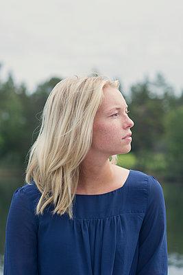 portrait of woman in profile  - p1323m2015126 von Sarah Toure