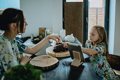 Mother and daughter having breakfast - p1414m2044893 by Dasha Pears