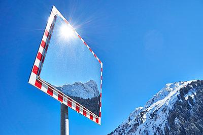 Verkehrsspiegel in Berglandschaft - p851m1148592 von Lohfink