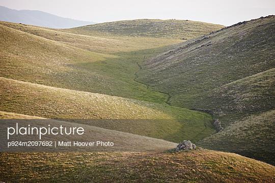 Winding valley path, Tehachapi, California, United States - p924m2097692 by Matt Hoover Photo