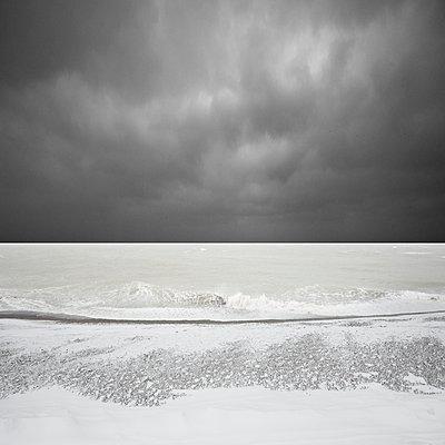Brandung vor dunklen Wolken - p1137m1559140 von Yann Grancher
