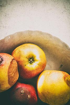 Schüssel mit alten Äpfeln - p1149m1123244 von Yvonne Röder