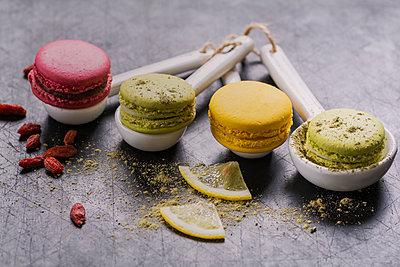 Four macarons on porcellain spoons - p300m1204581 by Doris.H