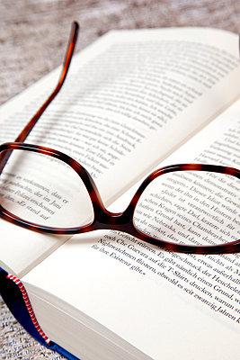 Brille und Buch - p382m1185324 von Anna Matzen