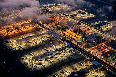 High angle view of airport illuminated at night, Los Angeles, California, USA - p429m1079737 by Pete Saloutos