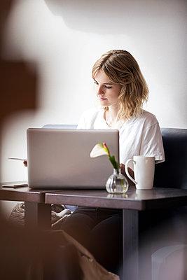 Junge Frau im Cafe mit Laptop Computer - p788m1466107 von Lisa Krechting