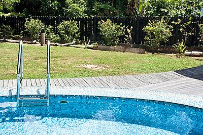 Pool in the garden - p0452498 by Jasmin Sander