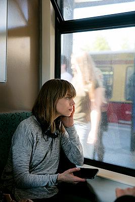 Junge Frau unterwegs mit der S-Bahn - Leute steigen ein - p1212m1136985 von harry + lidy