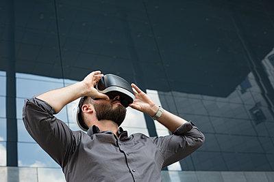 Geschäftsmann mit Virtual-Reality Brille - p1325m1464965 von Antje Solveig