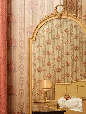 Giant bedroom  with retro wallpaper  - p1376m2081966 by Melanie Haberkorn