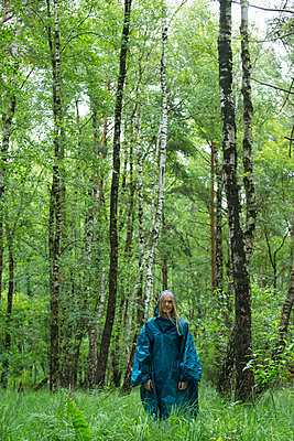 Frau im Wald - p427m1077672 von R. Mohr